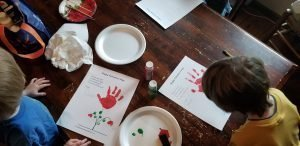 preschoolers doing valentine's day flower craft